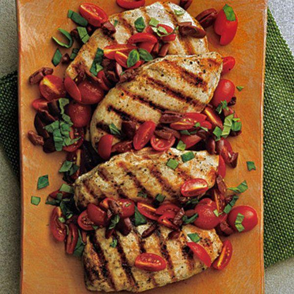 Pollo a las brasas con condimento de tomate y aceituna