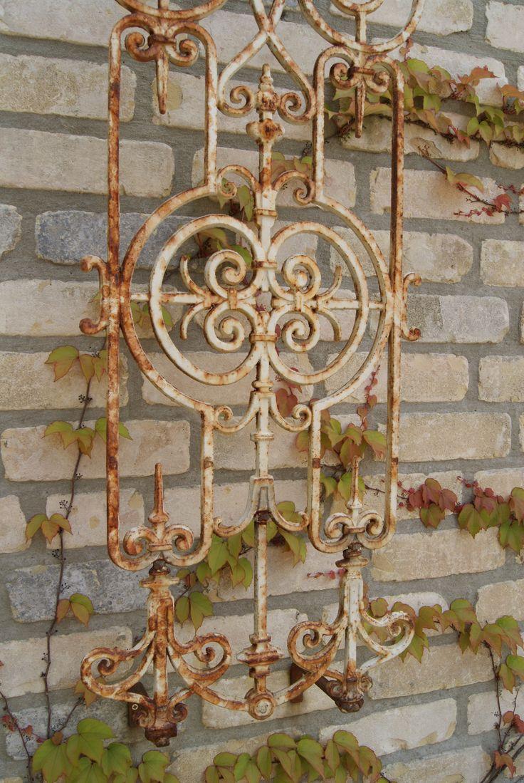 Dit rooster was eigenlijk bedoeld voor aan de voordeur, maar bij aankomst helaas gebroken. Weggooien ...nee natuurlijk niet, repareren en mooi aan de muur als decoratie.