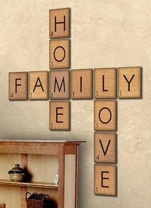 Palavras cruzadas positivas... Olha que ideia bacana, o conjunto de quadros de madeira forma o desenho de uma cruzadinha. O legal é usar palavras que têm um significado especial para você, trazendo boas energias para a #casa #decoração