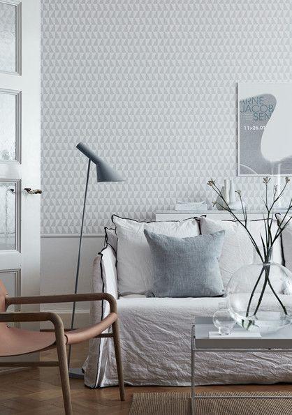 Trapez - Et klassisk Arne Jacobsen mønster der består af spejlvendte trapezer, der oprindeligt blev designet til tekstil i 1950'erne. Enkeltheden er nærmest genial og da mønsteret blev lanceret som tapet, blev det hurtigt en favorit blandt arkitekter og indretningsarkitekter.