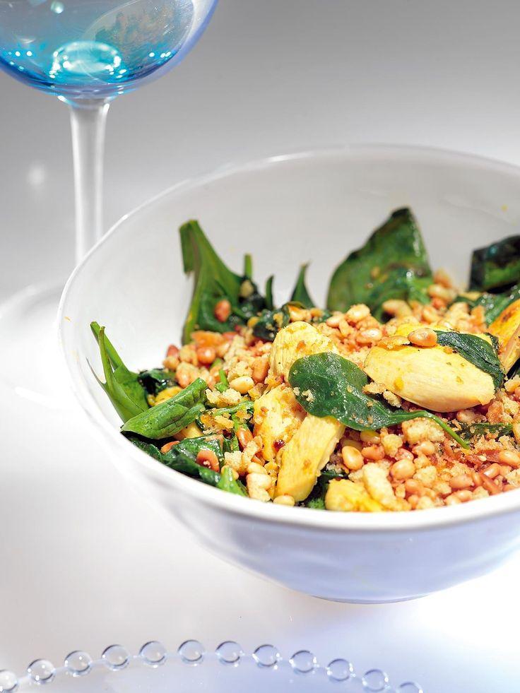 Накалить сковороду с небольшим количеством оливкового масла. Куриное филе нарезать крупными ломтиками, за пять минут обжарить их на сильном огне до хрустящей корочки.