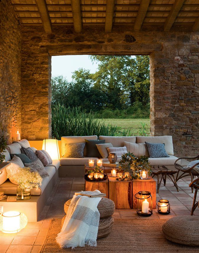 Porche de piedra iluminado por velas