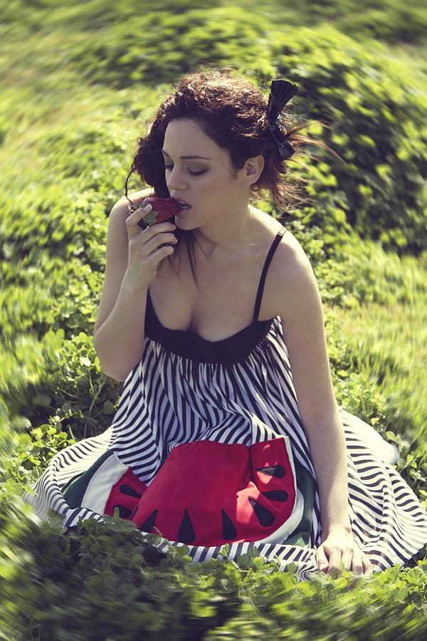"""Ριγέ φόρεμα με μονόχρωμο μπούστο ενισχυμένο με μπανέλα και χειροποίητο απλικέ σχέδιο """"Watermelon""""."""