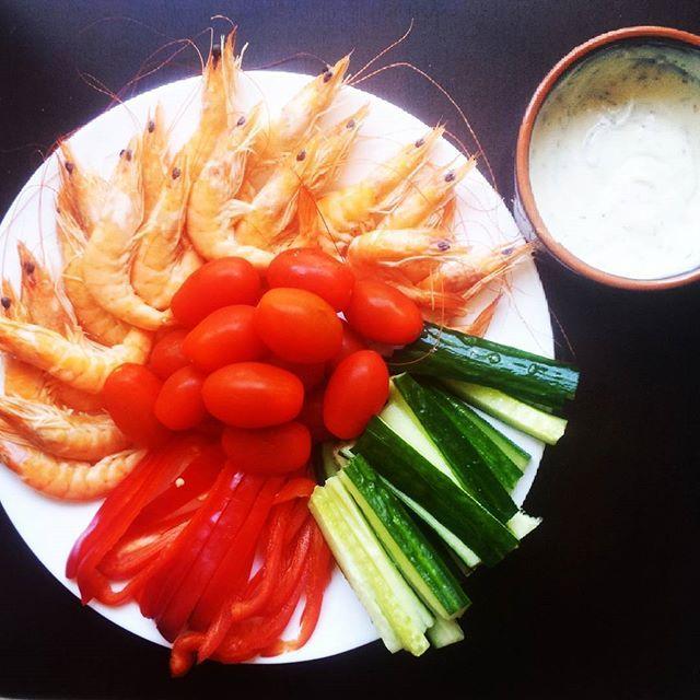 Plateau repas avec une sauce sojasun - moutarde - herbes de Provence! J'adore les crevettes :) Je suis tarée mais je reviens de mon second cours d'essai de #bodyattack et j'aime tellement ça que je vais m'inscrire à cette nouvelle salle pour les quelques mois qu'il me reste à passer à Pau... même si j'ai déjà un abonnement à amazonia mais les deux ont leurs avantages! #motivation #mangersain #mangermieux #eatclean #healthy #healthychoices #eathealthy #instahealthy #sain #healthylife #fitness…