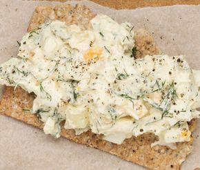 På jakt efter en matig macka eller enkel förrätt? Här toppas knäckebröd med en krämig röra gjord på potatis, ägg, kaviar och créme fraiche. Kanske ingredienser som du redan har hemma, till och med?