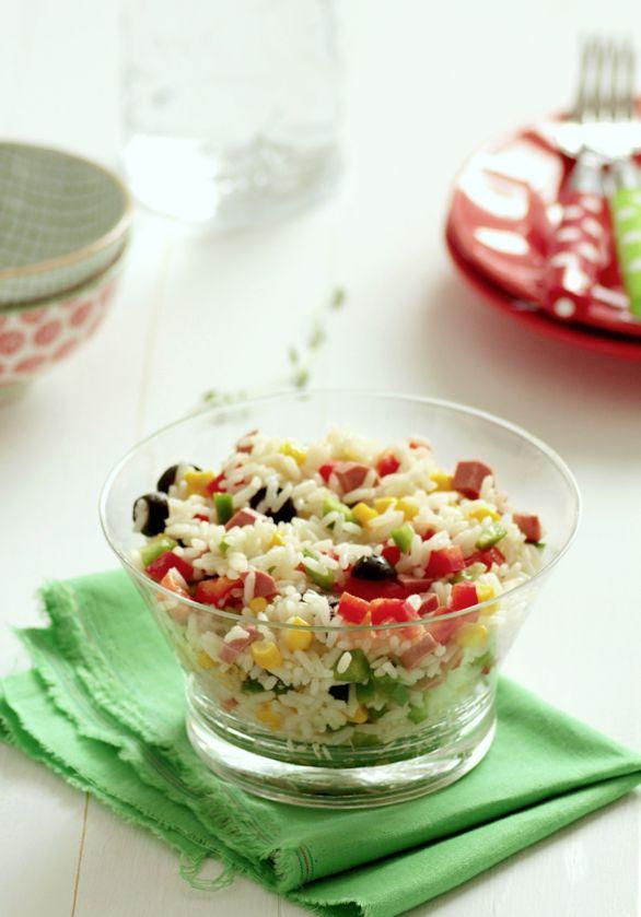 Ensalada de arroz para el verano con ingredientes frescos y coloridos.