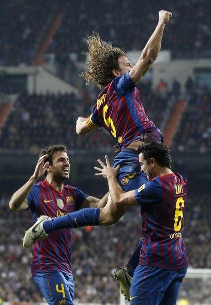 Carles Puyol, El Clasico'da attığı golün sevincini yükseklerde yaşıyor. #puyol #barca #elclasico
