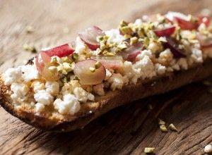 Ingredientes 2 fatias de pão italiano (ou ciabatta), fatiado com 1cm de altura 200g de queijo de cabra (crotin) 1/2 xícara (chá) de pistache, picado 1 cacho de uvas roxas sem caroço, cortadas ao meio 2 colheres (sopa) de melSaiba Mais +