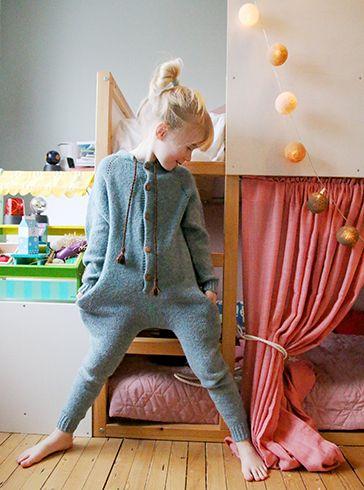 Barn i alle aldre trenger en strikket heldress i ull. Denne er tynn og enkel og deilig både inne og ute.