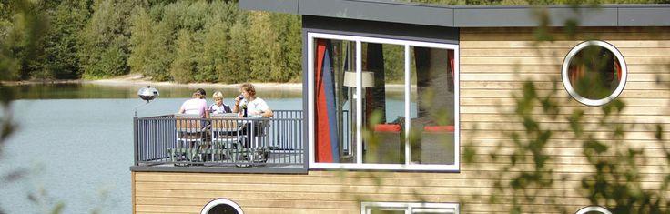 Genieten van het rustgevende buitengevoel op het water? Het kan nu ook bij Center Parcs. Op De Kempervennen in Westerhoven (Brabant) vind je echte design woonboten.