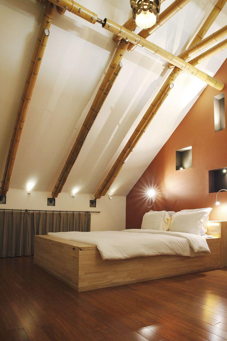 Slaapkamer onder nok van het dak dakconstructie is uit bamboe kamer naar kamer de - Lay outs slaapkamer onder het dak ...