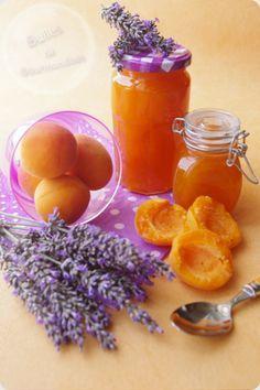 Confiture d'abricots et lavande...  • 2 kg 500 d'abricots dénoyautés  • 2 kg de sucre cristallisé  • 1 jus de citron  • 4 sommités de lavande  • 1 gaze