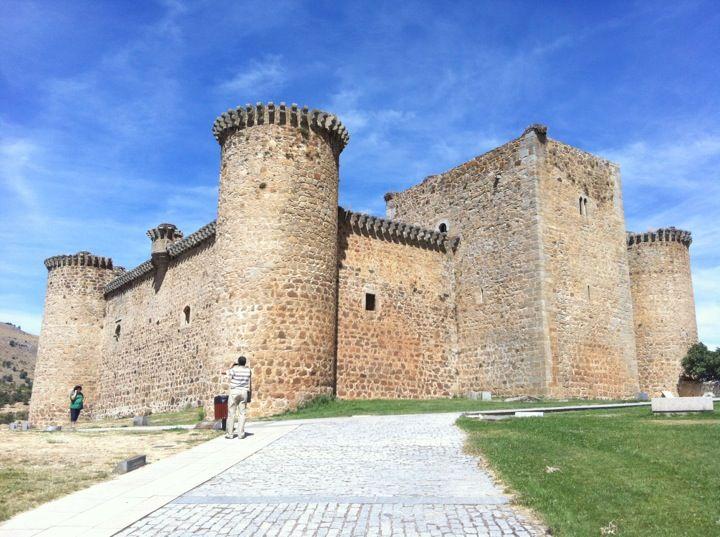 Esta construido en el siglo XV. Este castillo toma el nombre del señorio de Valdecorneja y fue propiedad de la casa de Alba. Se sitúa dominando el río y el puente, sobre el punto más elevado del valle.