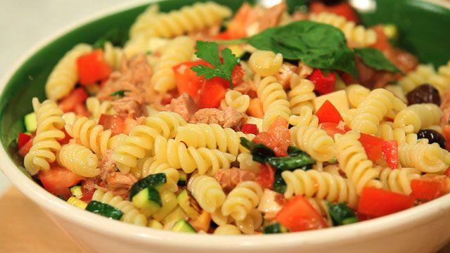 Beschrijving recept.  Koude pastasalade Ingrediënten en doses voor 4 personen:   250 g pasta   8 rijpe roma tomaten. 2 kleine courgette. 50g tonijn in olijfolie, uitgelekt. 50 g pittige provolone 12 zwarte olijven. 2 ansjovis filets   4 gezouten kappertjes. Peterselie, basilicum, vers en beide ongeveer 1 handje 1 teentje knoflook 100 ml olijfolie extra vierge. Zout, peper     Procedure:   Was en snij tomaten in kleine stukjes; Doe ze in een kom met olie, zout, basilicum en fijngesneden…