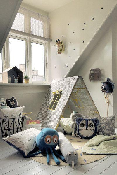 Zu den Must-Haves im Kinderzimmer zählen definitiv Stofftiere und Kissen. In Billy Bear von Ferm vereinen sich diese Dinge zu einem schönen, ausgefallenen Stofftierkissen. Ferm Living Kissen Billy Bear Blau