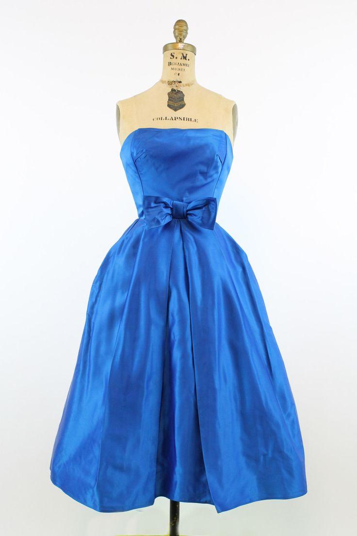 Prachtige jaren 1950 couture-achtige jurk! Gedaan in een prachtige kobalt blauw satijn. Zeer gestructureerde styel met dubbele laag op de top van bodice, volledig uitgebeend en gemonteerd. Rok heeft prachtige omgekeerde voorzijde en zijkant plooien rondom waardoor het opvallen in de stijl van Dior. Voorzien van taille met bijgevoegde boog. Terug metalen rits. Rok is gevoerd met paardenhaar crinoline voor volheid.  ♥♥♥ Merk: onbekend Grootte op tag: geen Past zoals: xs Kleur: blauw…