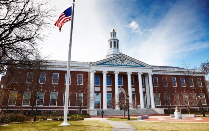 Harvard, la más antigua institución de educación superior en los EE.UU. situado en Cambridge, Massachusetts, es tercero.  De larga lista de ex alumnos de Harvard últimos ocho que han firmado la Declaración de la Independencia, y ocho ex presidentes de EE.UU.