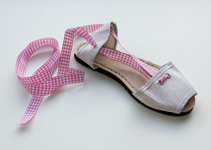 Albarca color plata de lona con cinta vichy rosa. A partir de 25€