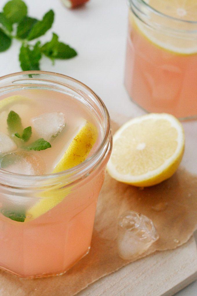 Einfacher und erfrischender Rhabarber-Eistee mit Zitrone und Minze. *** Homemade ice tea recipe with pieplant & lemon