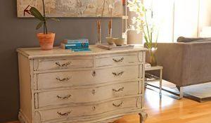 Las cómodas antiguas son muebles útiles y bellos. Funcionan muy bien tanto en los dormitorios como en el salón.