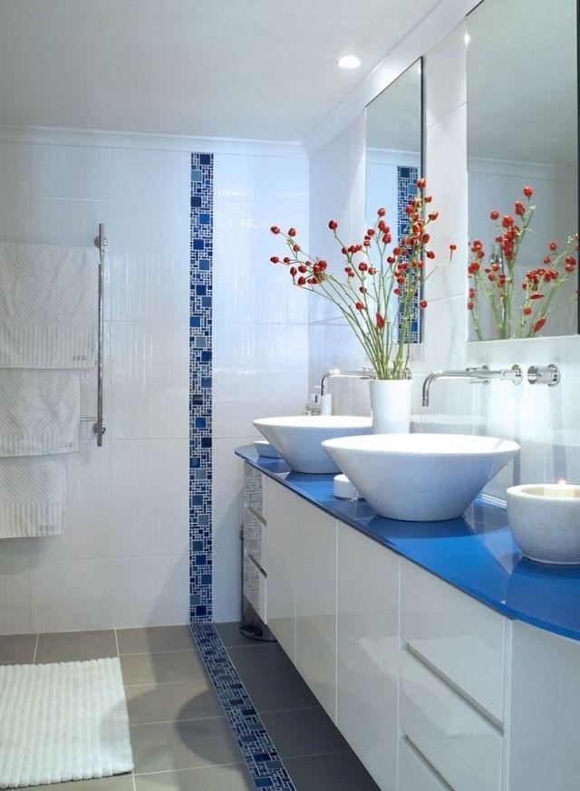 salle de bain en blanc et bleu avec frise en mosaïque