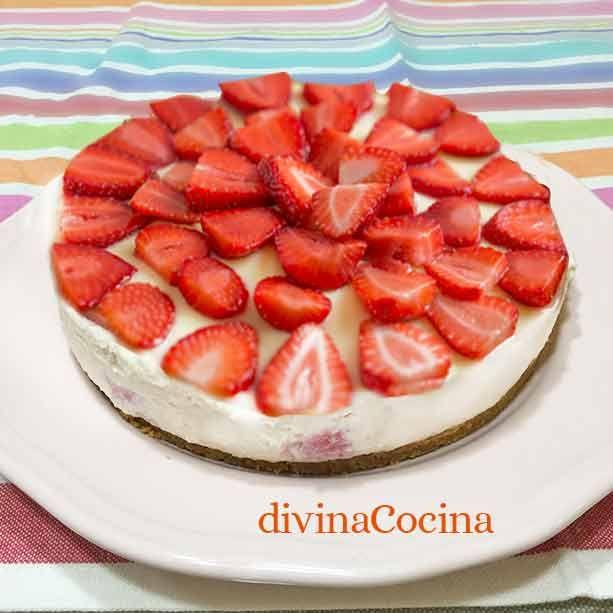 Esta tarta de fresas con nata es muy sencilla, sin horno ni huevos. Puede glasearse con un poco de mermelada de fresas calentada en el microondas.