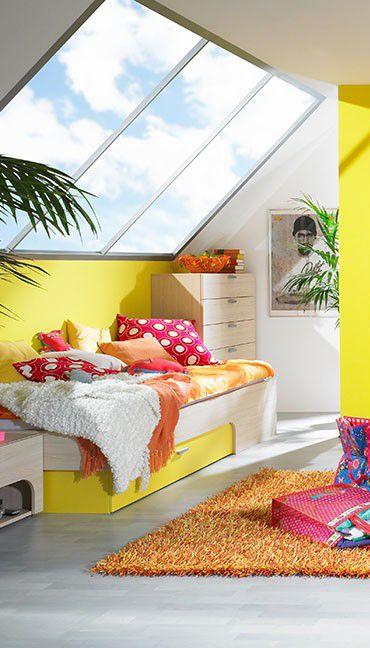 Jugendzimmer max-i | Große Fenster, Bett und Drempel in freundlichem Gelb lassen das Dachgeschosszimmer hell erstrahlen. #Dachgeschoss #MoebelLETZ