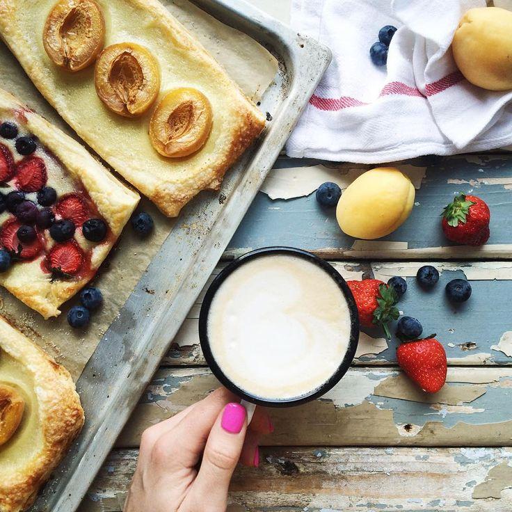 Новый фон и остатки от наполеона  Домашнее слоёное тесто, заварной крем с ванилью и фрукты-ягоды и, пожалуй, идеальные булочки готовы)