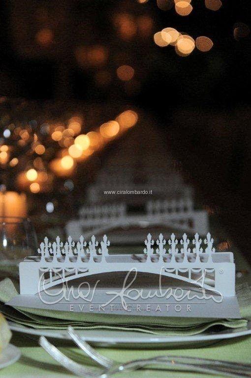 Segnatavolo e menù personalizzati riproducono il tema dell'evento: i ponti di Parigi