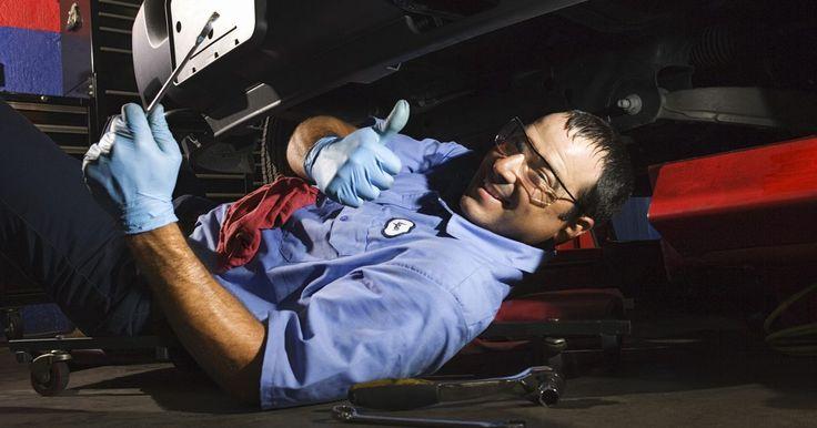 Cómo reemplazar las rótulas de un Volkswagen Jetta. La rótula en el Volkswagen Jetta es esencialmente la bisagra principal de la suspensión y dirección. La misma está conectada al brazo de control y al muñón de la dirección, y no debe estar floja, de lo contrario, será necesario reemplazarla. Reemplazarla es una tarea difícil muy importante para el funcionamiento del auto, así que primero habla con ...