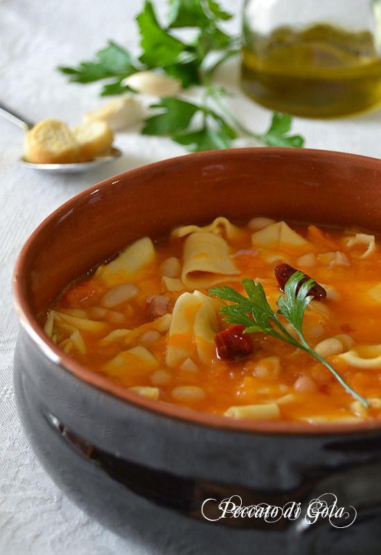 Pasta fagioli e zucca è un primo piatto economico e molto gustoso, di quelli perfetti nelle sere autunnali quando l'aria diventa fredda. Ricetta facile.