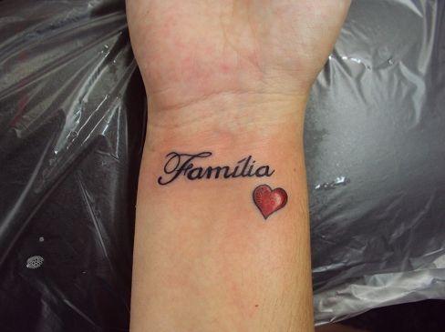Tatuagem / Escrita / Palavras / Família / Coração / Pulso / Tattoo / Writing / Words / Family / Heart / Wrist #studio900 #crismaia