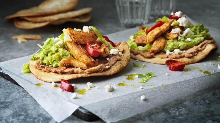 Recept på tostadas – rostade tortillas – med kyckling, guacamole och bönor.