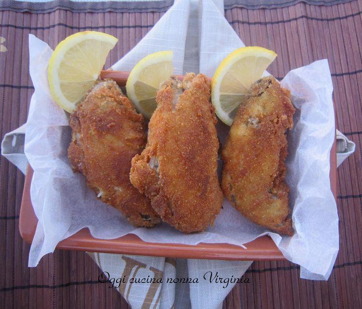 Le ali di pollo fritte sono un secondo piatto dall'esterno croccante e saporito e con l'interno morbido:una vera goduria...da mangiare con le mani ;)
