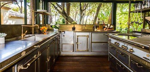 espace pr paration de la cuisine d 39 t en inox et laiton aux plans de travail imposants. Black Bedroom Furniture Sets. Home Design Ideas