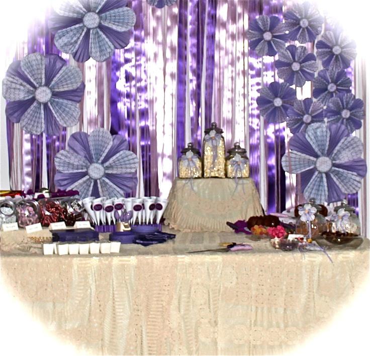 Mesa de postre con la decoración lila