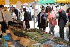 春の恵みが並ぶ朝市七間朝市山菜フードピア実は400年以上の歴史と伝統を誇るかなりの由緒あるイベントです やはり昔の人々も地域の物産や特産品をここで買って美味しく食べていたんでしょうか山菜の天ぷらとっても美味しくて大好きです 越前おおのの豊かな自然に育まれた農産物が並ぶ七間朝市山菜フードピアは5月13日に開催です tags[福井県]