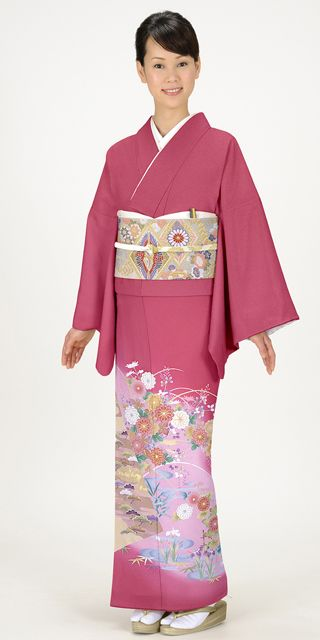 若々しさのあるチェリーレッドには、菊、松、水仙などの模様が華やかな彩りの色留袖。結婚式にぴったりの色振袖まとめ。ウェディング・ブライダルの参考に