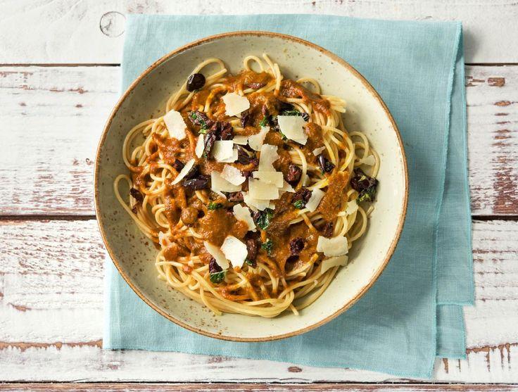 Spaghetti met een spinazie-tomatensaus en olijven.
