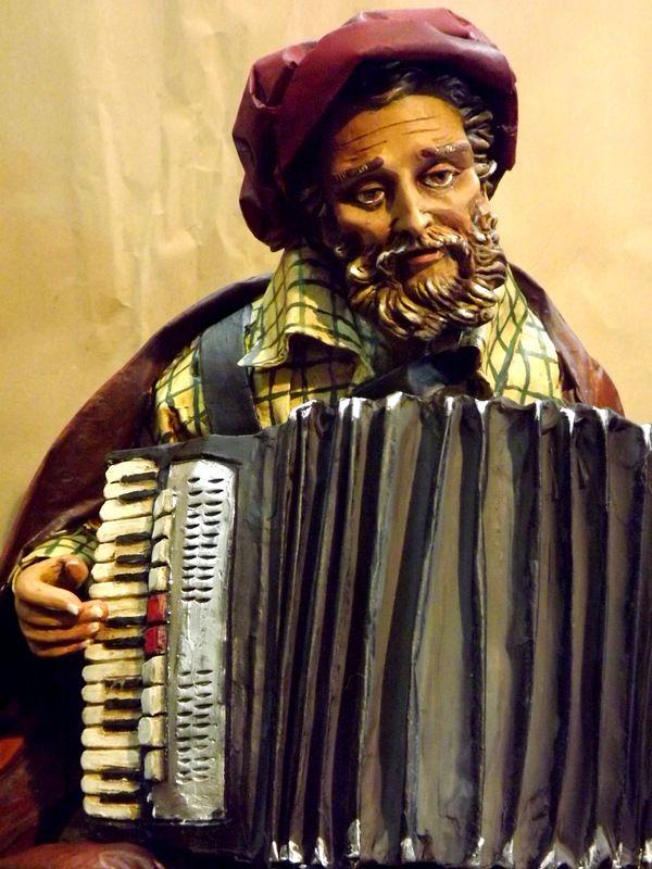 Scultura in cartapesta,suonatore di fisarmonica