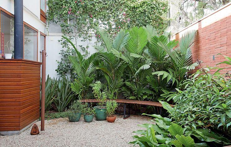 """Apesar de ser uma extensão da sala, o jardim era pouco usado. """"Os moradores queriam um espaço agradável para receber"""", contam as paisagistas Juliana Kallas e Leslie Mardegan. Elas criaram um fundo verde, recheado de palmeiras pinanga."""