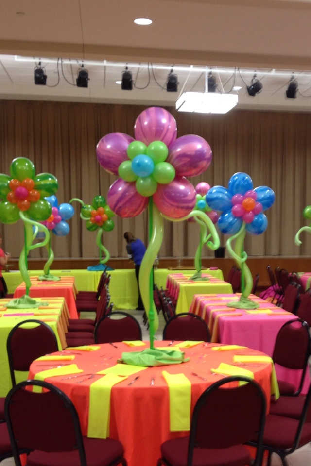Bright flower balloon centerpieces beach party birthday for Balloon decoration designs