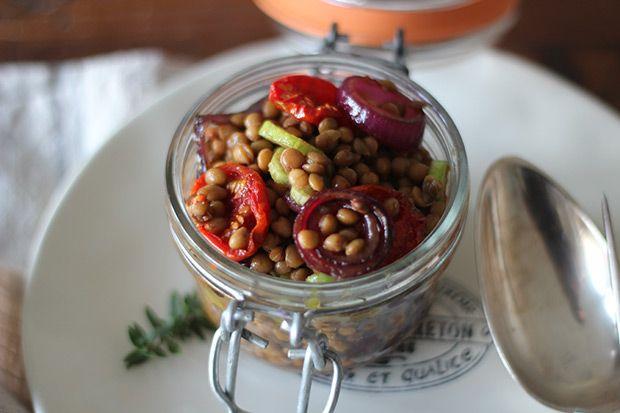 Insalata di lenticchie, pomodorini e cipolle caramellate