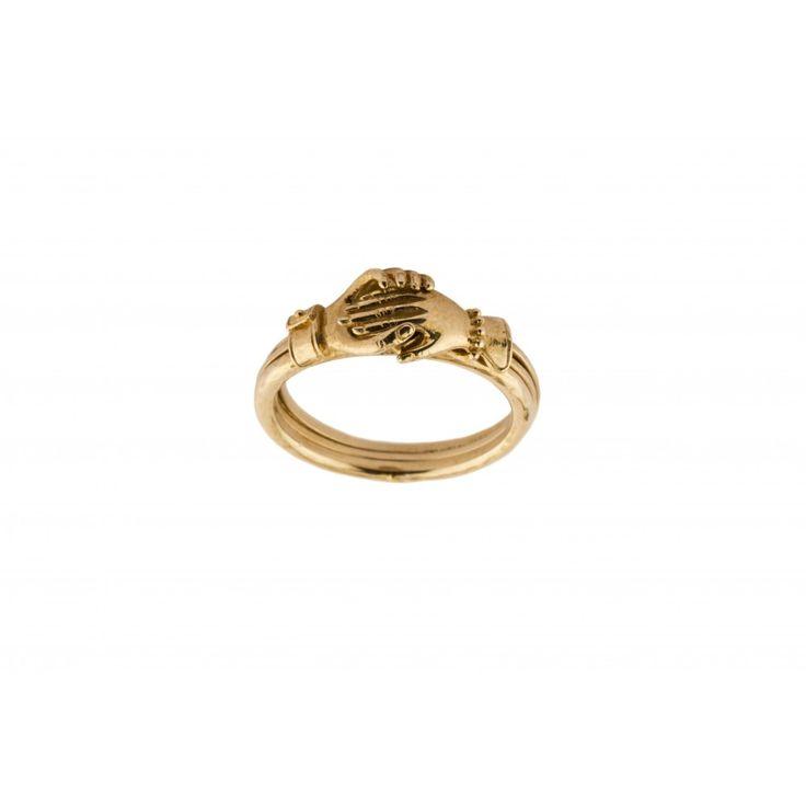 L'AMOUR, LE PLUS BEAU DES VOYAGES…     Satellite a imaginé un bijou pour célébrer l'amour, une bague mystère en laiton plaqué or et grenat composée de 3 anneaux pivotant sur un axe, avec une main féminine et masculine qui s'enlacent sur un grenat taillé en cœur. Un véritable symbole de l'amour…