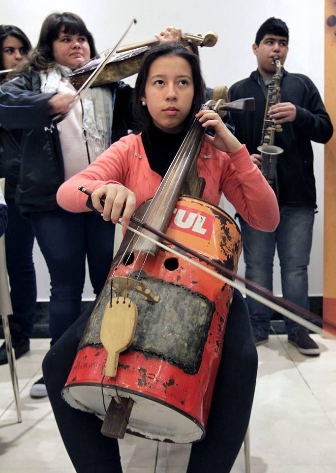 """En #Paraguay una orquesta hace música clásica con instrumentos hechos de basura como latas, baldes de pintura, llaves y mangos de cucharas, bajo el lema """"el mundo nos envía basura, nosotros le devolvemos música"""". Y tú, ¿qué le devuelves al mundo? #MedioAmbienteMundoVerde #MundoVerde Imagen vía http://goo.gl/RCgVpX"""