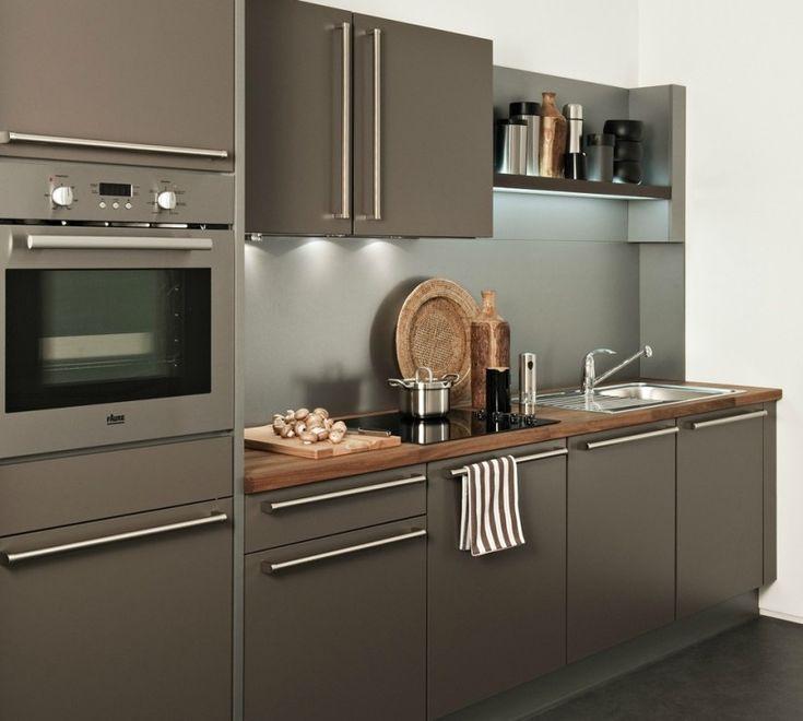 Cuisine caramel avec une hotte tiroir Darty - Plan de travail en bois finition Iroko. Une cuisine à la fois simple et sophistiqué.