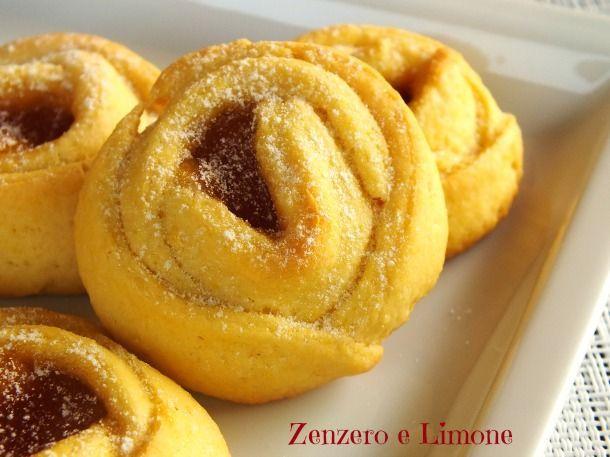Queste roselline di pasta frolla sono dei dolcetti deliziosi non solo per il palato, ma anche per l'occhio. Si possono preparare anche con avanzi di frolla