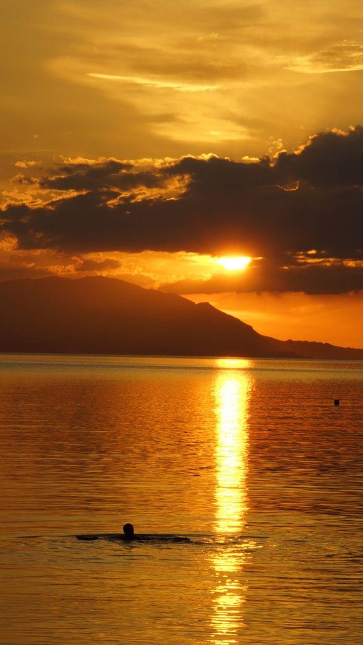 «Swimming under the sunset» © Jasem Alawadhi, Λουτράκι