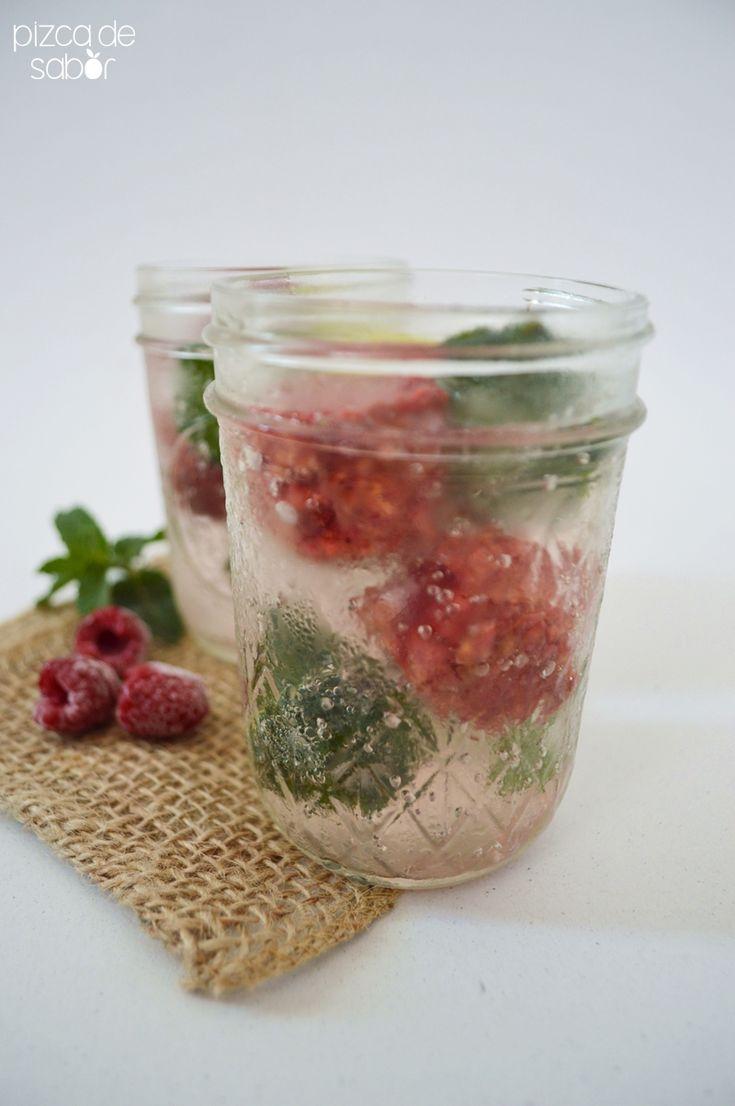 Agua mineral con hielos de frambuesa y hielos de hojas de menta. Una opción de receta para darle más vida y sabor al agua mineral, perfecta para el verano.