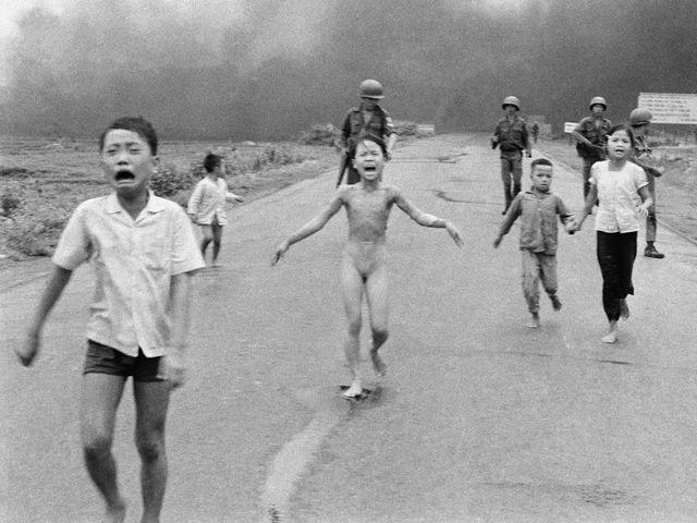 Nick Ut, Kim Phuc Napalm tegen burgers, 1972. Vietnamoorlog, na 30 jaar komt een eind aan het exceptionalisme van de VS. Het imago van de VS na WO II krijgt deuken. Rainer Fabian: Oorlogsfotografie is het gebruik dat men ervan maakt.